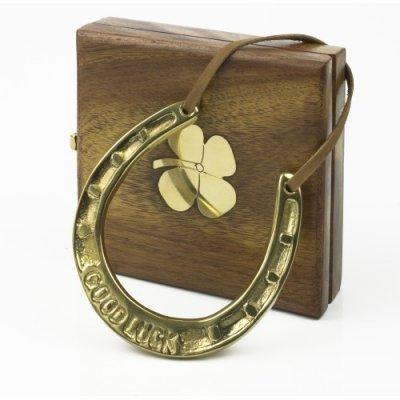 Decoratiune, potcoava in cutie de lemn